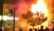 İzmir'de AKP Binası Ateşe Verildi!