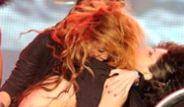 Miley Cyrus Dansçıyı Göğsünden Öptü!