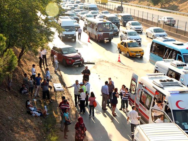 Kadıköy'de Cip Servis Minibüsüne Çarptı