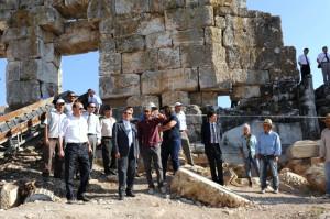 Kütahya Valisi Yılmaz, Çavdarhisar'daki Aizanoi Antik Kent Kazı Alanını Ziyaret Etti