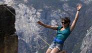 İp cambazları Hayley Ashburn ve Emily Sukiennick Dağlarda Gösteri Yapıyor