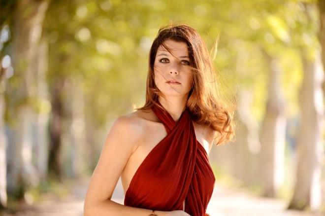 Beren Saat İntikam Dizisi'nin Tanıtım Filminde Kırmızı Elbisesi ile Büyüledi