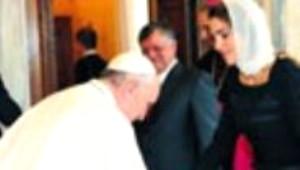 Papa Ürdün Kraliçesinin Elini Öptü