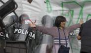 Polis Yüzlerce Göstericinin Arasında Kaldı