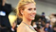 Scarlett Johansson Göğsünü Gere Gere Dolaştı