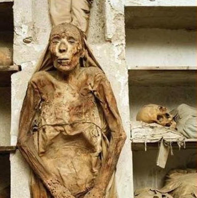 İtalya'da Mumyalanmış Keşişlerle Dolu Şaşırtıcı Yeraltı Mezarlığı