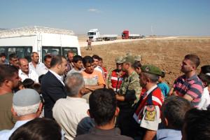 Köylüler Araçlarıyla Yolu Trafiğe Kapattı