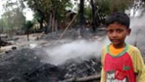 Myanmar'da Müslüman Köyünü Basıp Evleri Ateşe Verdiler