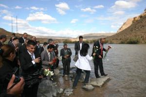 Ermenistan Sınırında Güvercin Uçuruldu, Nehre Karanfil Bırakıldı