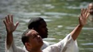 Latin Amerikalı Bir Grup Hristiyan, Toplu Vaftiz Yaptı