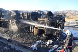Virajı Alamayan Otomobil Yüklü Tır Devrilip Yandı