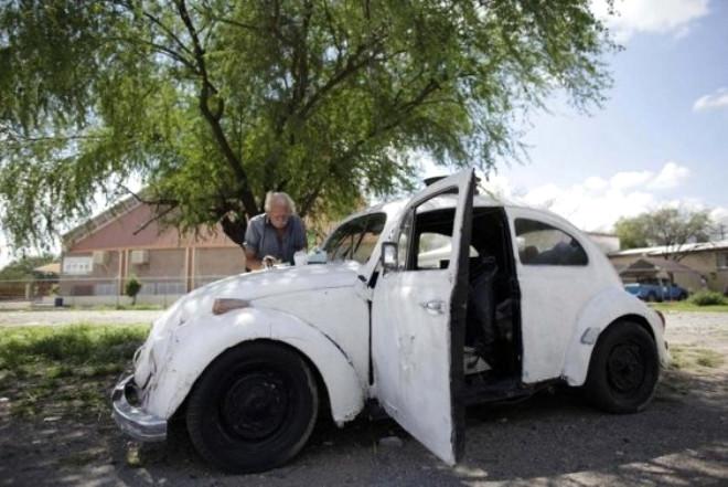 Meksika'lı Oscar Almaguer 10 Yıldır Arabasında Yaşıyor