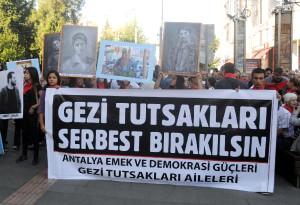 Antalya'da Kırmızı Fularlı Yürüyüş