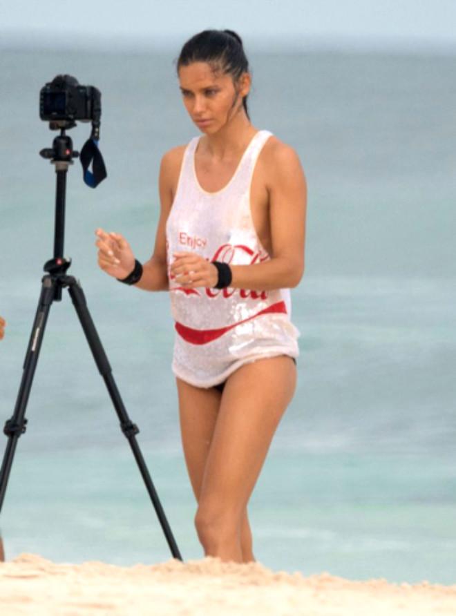 Adriana Lima, Coca Cola Reklamı İçin Kamera Karşısına Geçti