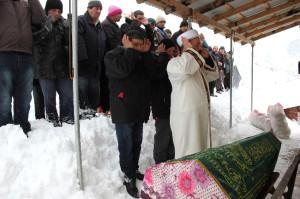 Cenazeyi Kar Altında Defnettiler