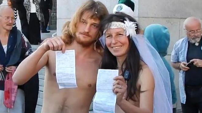 Ünlü Aktivistler Çırılçıplak Bir Düğünle Evlendi