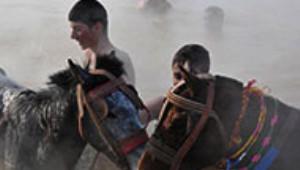 Sibirya Soğuğunda Atlarıyla Gölde Yıkanıyorlar