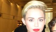 Miley Cyrus İlginç Aracıyla Poz Verdi