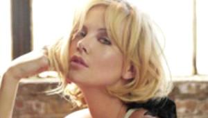 Charlize Theron'dan Sevgilisine Kırmızı Işıkta Öpücük
