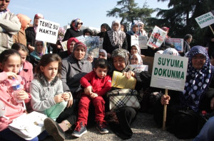 Bursalı Köylü Kadınlar Temiz Su İçin Valilik Önünde Saatlerce Oturma Eylemi Yaptı