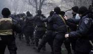 Ukrayna'da Eylemciler Polisleri Esir Aldı