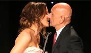 Ödül Töreninde Öpücük Kazası