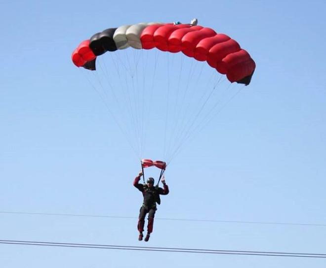 Uçak ve Paraşütçünün Çarpışma Anı Objektiflere Yansıdı