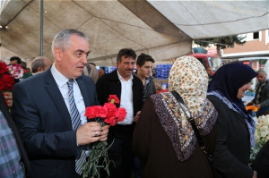 Remzi Aydın, Topçular Pazarında Karanfil Dağıttı