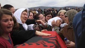 Kosova'da Savaş Kurbanları Toprağa Verildi
