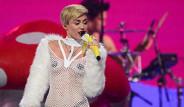 Miley Cyrus Vajinasına Şarkı Söyletti