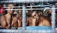 İnsanları Kafeslere Hapsediyor