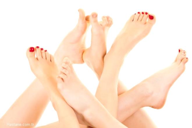 Ayaklarınızın güzel görünmesi için bazı temel noktalara dikkat etmelisiniz. Ayak bakımının birinci ve en temel şartı ise pedikür yapmak.