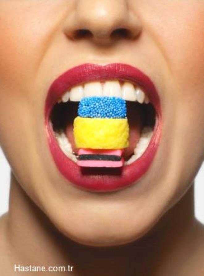 Diş estetiğinin en önemli konularından biri diş minesinin rengidir. Estetik olarak herkes bembeyaz dişlere sahip olmak ister. Dişteki renkleşme sebepleri çok farklıdır. Çay kahve, sigara, boyalı içecekler, kola, kırmızı şarap gibi içecekler dişlerin renginin koyulaşmasına neden olur.