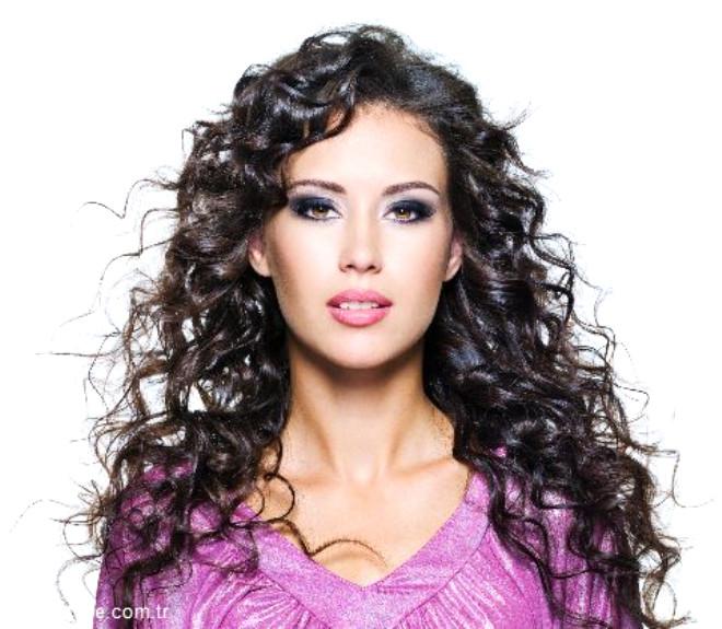 Saçların kıvırcık olması bu şekildeki genetik yapıya sahip olmanın yanı sıra saç foliküllerinin dış yüzeye ulaştığı açıklıkların yapısından da kaynaklanabiliyor.