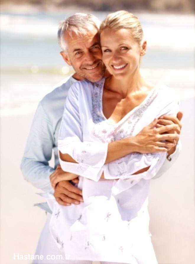Yaz sıcakları her insan için problem yaratabilir. Özellikle 50 yaş üzeri, aşırı kilolu ve kalp rahatsızlığı bulunan kişiler için tehlikeli olan sıcak havalarda vücudumuz normal vücut sıcaklığını korumak için çalışır. Bu yük bilinen kalp hastalığı olan kişilerde belirtilerin kötüleşmesine neden olabilir.