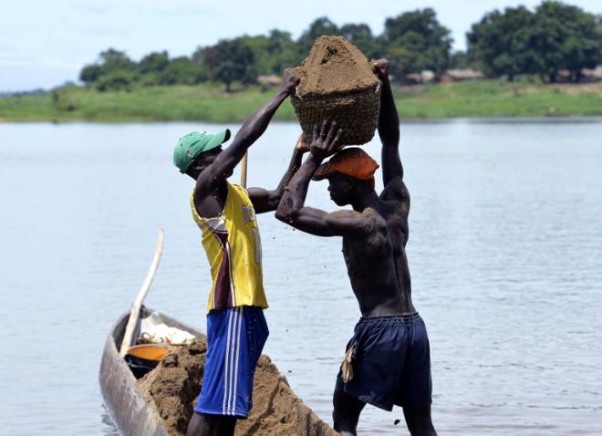 Afrika'da Yerliler, Geçimleri Kumdan Kazanıyor