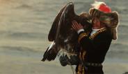 Altay Dağları'nda Kartalıyla Avlanan Küçük Kız