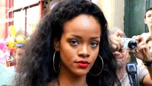 Rihanna'nın Üstsüz Pozları Gün Yüzüne Çıktı