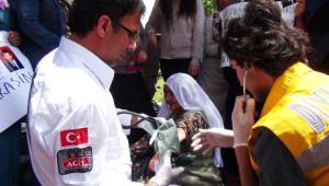 AK Parti'li Vekiller Çocukları PKK Tarafından Kaçırılan Anneleri Ziyaret Etti