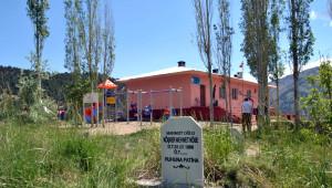 İlkokul Mezarların Ortasında