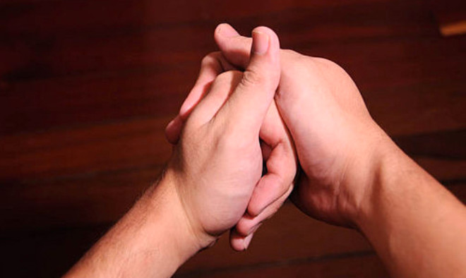 Bazı insanlar parmaklarını hemen hergün çıtlatır. Bazı insanların parmakarı da tesadüfen çıtlar. Hemen hemen herkes çıtlamanın kemikten geldiği düşünür, ama bu düşünce gerçek değildir. İşte parmak çıtlamasının gerçek nedeni...