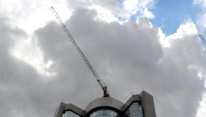 35 Katlı Otelin Tepesinde Unutulan Vinci İndirme Çalışmaları Başladı