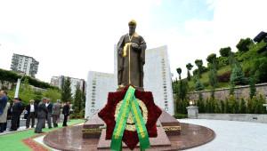 Türkmenistan Cumhurbaşkanı'ndan Mahdumkulu Anıtı'na Ziyaret