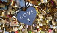 Paris'teki 'Aşıklar Köprüsü' Ağırlığa Dayanamadı
