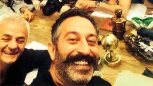 Cem Yılmaz, Oscarlı Aktörle İrtibatı Koparmıyor