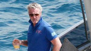Eddie Irvine, Teknesinde 3 Kadınla Objektiflere Takıldı