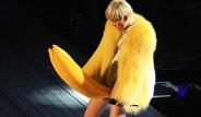 Miley Cyrus, Konserde Yaptığı Hareketle Olay Yarattı