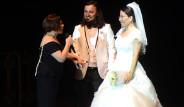 Sezen Aksu, Gelin ile Damadı Sahneye Çıkartıp Dans Ettirdi