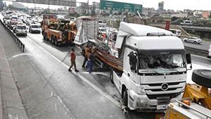 TEM'de TIR Yan Yattı, Trafik Felç