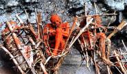 Papua Yeni Gine Halkı Ölüleri Yakıp, Yağını Yiyor